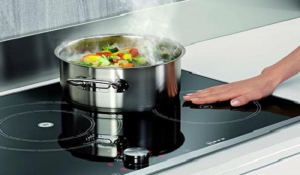 Bếp từ đang nấu xì khói khét lẹt