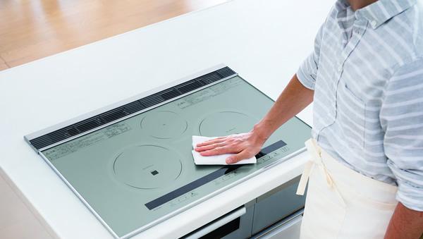 Sử dụng dung dịch rửa để vệ sinh bếp từ